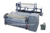 El rodillo de papel enorme que raja y escoge la máquina de Rewinder