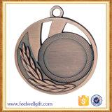 Medalla de cobre amarillo del deporte del metal de la concesión del espacio en blanco de la aleación del cinc de la producción de los artes del metal con la cinta