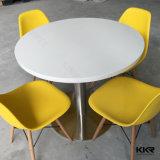 4脚の椅子が付いているKingkonreeの現代円形の固体表面のダイニングテーブル