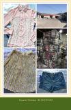 アフリカの市場または女性絹のブラウスのための使用された衣類