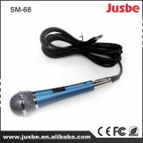 Il PRO audio Sm-68 collegato canta il microfono con il basamento del microfono
