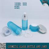 Bouteilles et chocs en verre cosmétiques bleus givrés de lotion avec le chapeau argenté