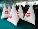 白い三角形の水イベントのための膨脹可能な浮遊物のブイ