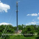Equipos de transmisión de microondas colgando del cable de comunicación de la torre Guyed