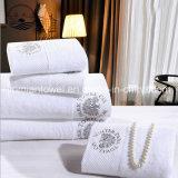 中国Facroryは100%年綿のWhitelの明白な染められた浴室タオル、ホテルタオルを供給する