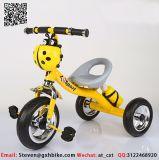 古典的な赤ん坊の三輪車、後部押しのハンドルバーを持つ幼児のための子供のTrikeの三輪車