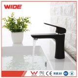 Colpetti di miscelatori neri dei rubinetti per la stanza da bagno
