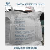 白い流れる粉が付いている競争の重炭酸ナトリウム