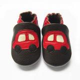 動物が付いている赤ん坊の革靴