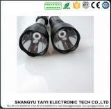 O profissional a pilhas estende a lanterna elétrica da luz do trabalho do diodo emissor de luz do plástico