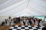 Grande tenda de casamento com decoração de luxo