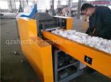 紙やすりによって切り刻まれる機械ずき紙のカッター