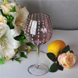 普及した形の無地のワイングラス