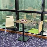 Портативный легкий стул с простым дизайном в таблице для перепродажи.