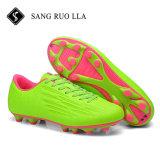 新式の方法歩きやすいフットボールのサッカーの靴