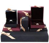リボンが付いている堅いボール紙の宝石類の包むか、または堅いボックス