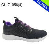 女性のスポーツの運動スニーカーの運動靴