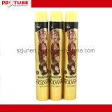 Aperte a esvaziar os tubos de embalagem de creme de cor de cabelo