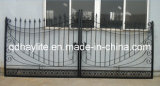 細工した住宅の庭の鉄のゲートを滑らせる私道の振動