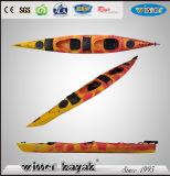 5.11mプラスチックカヤックのカヌーを旅行している2人は海に坐る