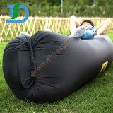 楽しい野外活動のための空気によって満たされるソファー