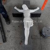 Weiße Marmorhand, die Jesus-Querskulptur schnitzt