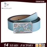 バックルの青い革ベルトを滑らせる品質によって保証される最新のデザイン