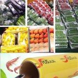 El PVC del abrigo plástico se aferra película con las frutas