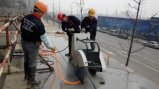 Caminhada atrás do cortador de concreto