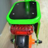 Foladedのハンドルおよび後部座席が付いている2つの車輪の電気自転車
