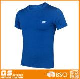 Form der Männer, die schnelles trockenes T-Shirt befestigt