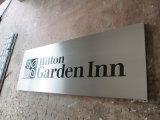 Parede do quarto de Hilton Hotel que anuncia chapas do alumínio do Silkscreen do indicador