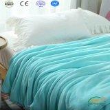 安い羊毛は赤ん坊の大人の対のサイズの寝具の一面をおおう