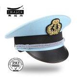 銀製ストラップが付いている淡いブルーの海軍均一帽子