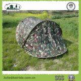 屋外2人によってはドームのキャンプテントが現れる