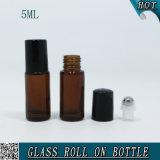 roulis en verre vide cosmétique ambre de l'huile essentielle 5ml sur la bouteille