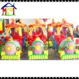 遊園地のゲーム・マシンの贅沢な電車の子供の乗車