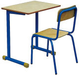 Única mobília simples de madeira da mesa e do estudante da sala de aula da escola da cadeira