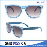 透過淡いブルーのフレームのゆとりレンズの流行のサングラス