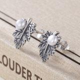 De uitstekende Juwelen van het Ontwerp van de Installatie van Vrouwen 925 Echte Zilveren Oorringen van de Nagel van de Parel van het Blad van de Esdoorn van Bladeren