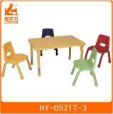 나무 의자를 가진 박층으로 이루어지는 유치원 가구 교실 테이블