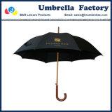 목제 손잡이를 가진 선전용 남자의 검정 걷는 똑바른 우산