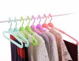 Teleskopisch und Kleidung-Aufhängungs-Bad-Tuch-Aufhängungs-Plastikaufhängungen drehen
