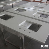 Couper à la taille de l'éclat d'un comptoir de cuisine en pierre de quartz blanc