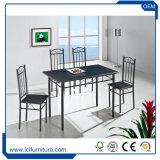 椅子が付いているサイズそして物質的な純木のテーブルの上のダイニングテーブルをカスタマイズしなさい