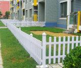 Bonito jardín cerca de postes de PVC