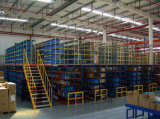 Tormento de varias filas del suelo de entresuelo del almacén resistente con las escaleras