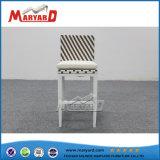 背部が付いている現代屋外の柳細工の藤の鉄棒の椅子