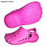 I piedi svegli di colore rosa di figura blocca i sandali per i capretti
