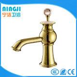 Mélangeur de bassin de robinet pour le traitement en cristal de couleur d'or
